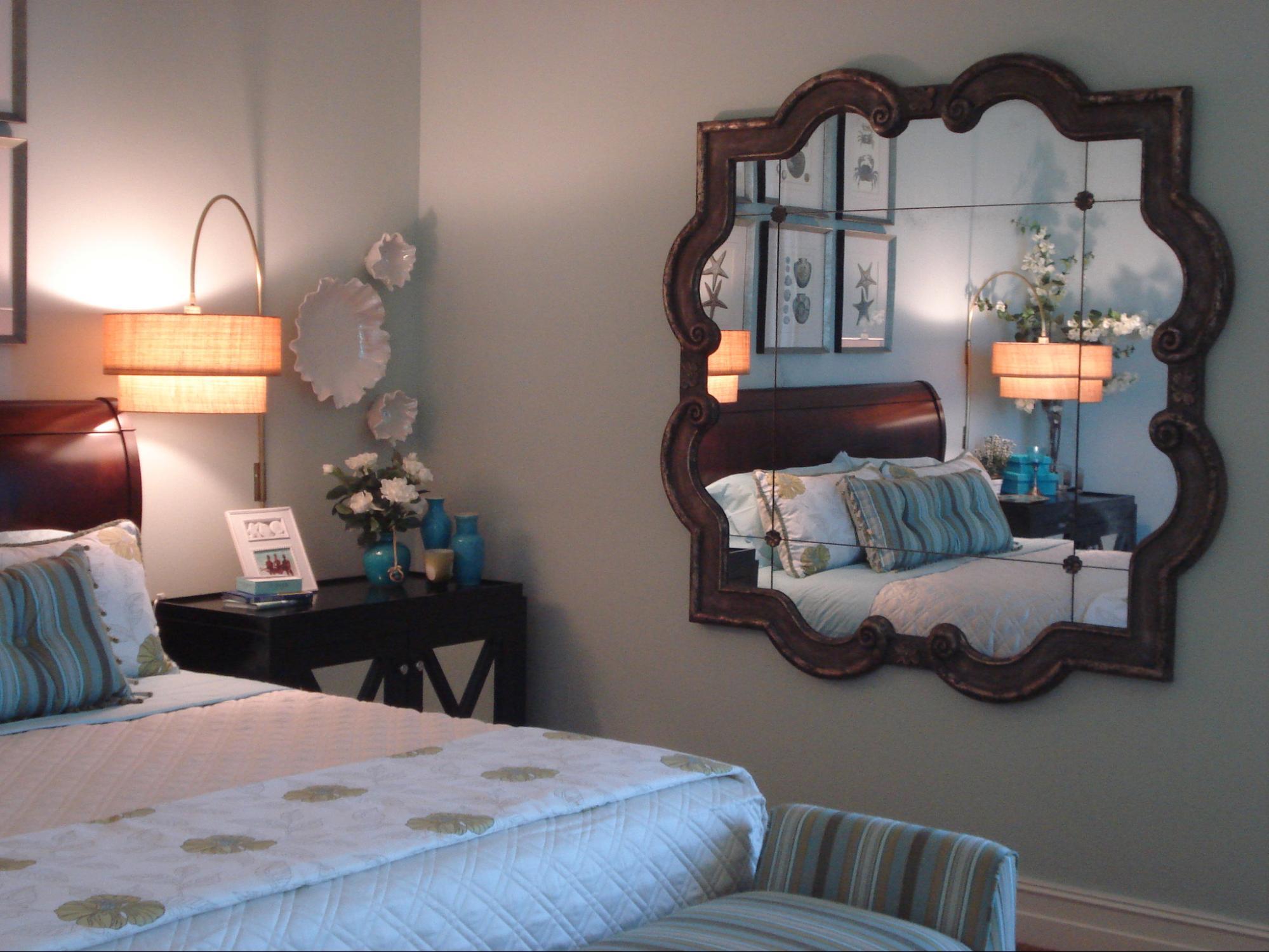 tránh đặt gương đối diện giường ngủ