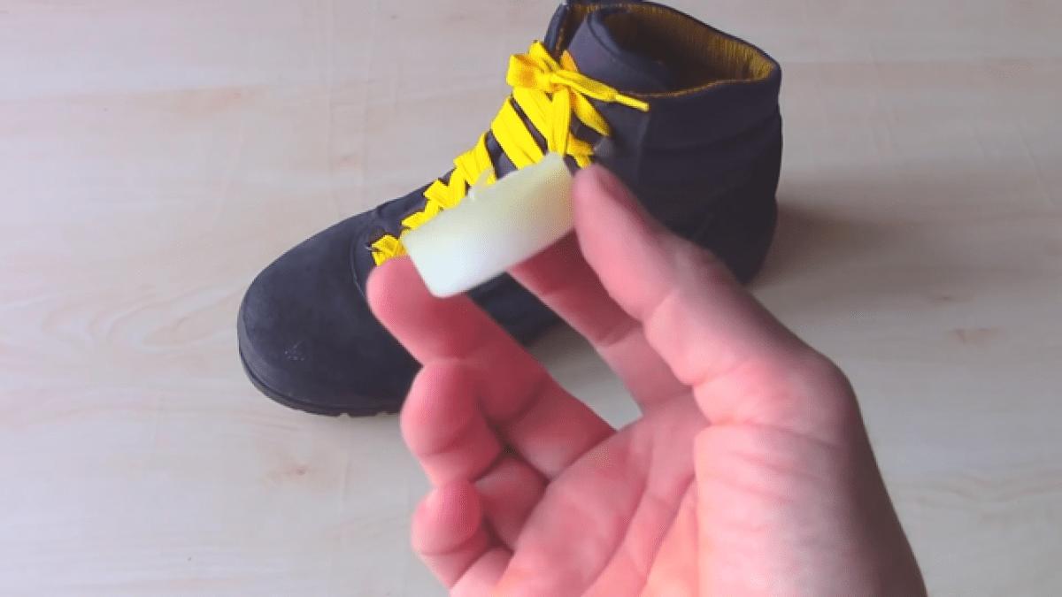 Để giày không thấm nước bằng sáp ong