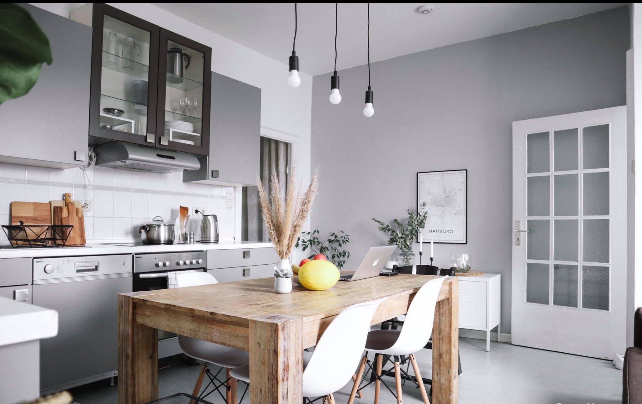 Phòng bếp gọn gàng và tối giản